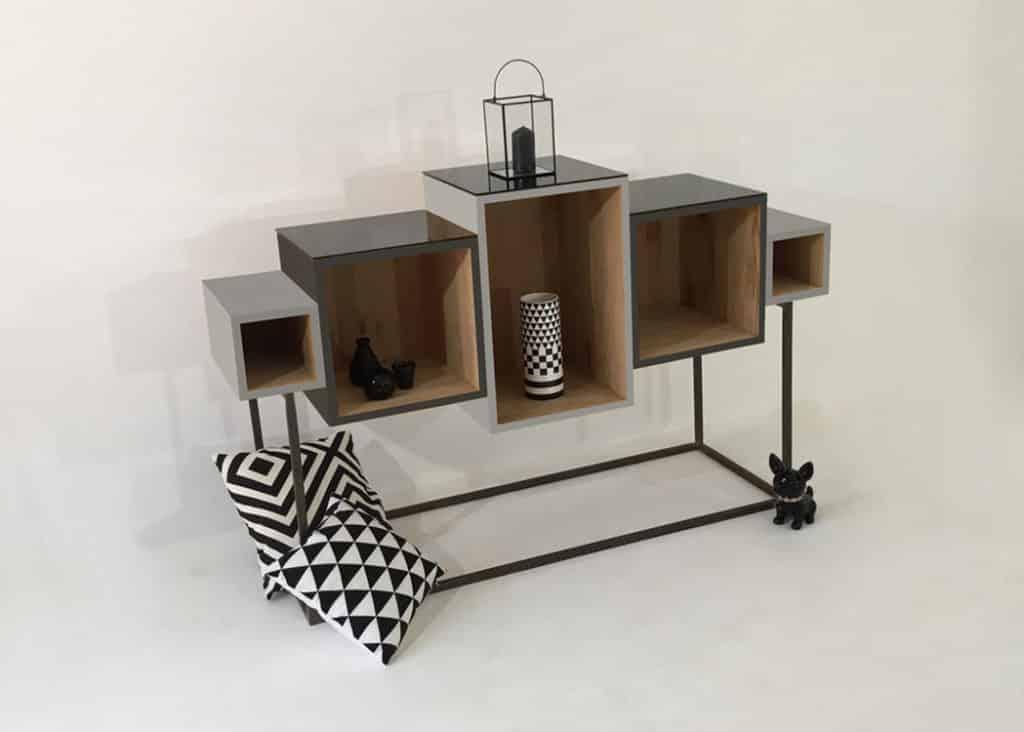 Meuble design en bois massif avec modules personnalisables ou sur-mesure. Pied en métal.