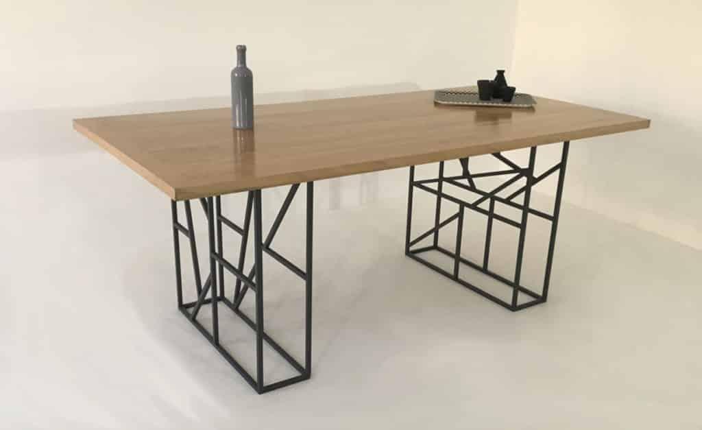 Table à manger artisanale avec plateau bois massif et piétement assemblé à la main