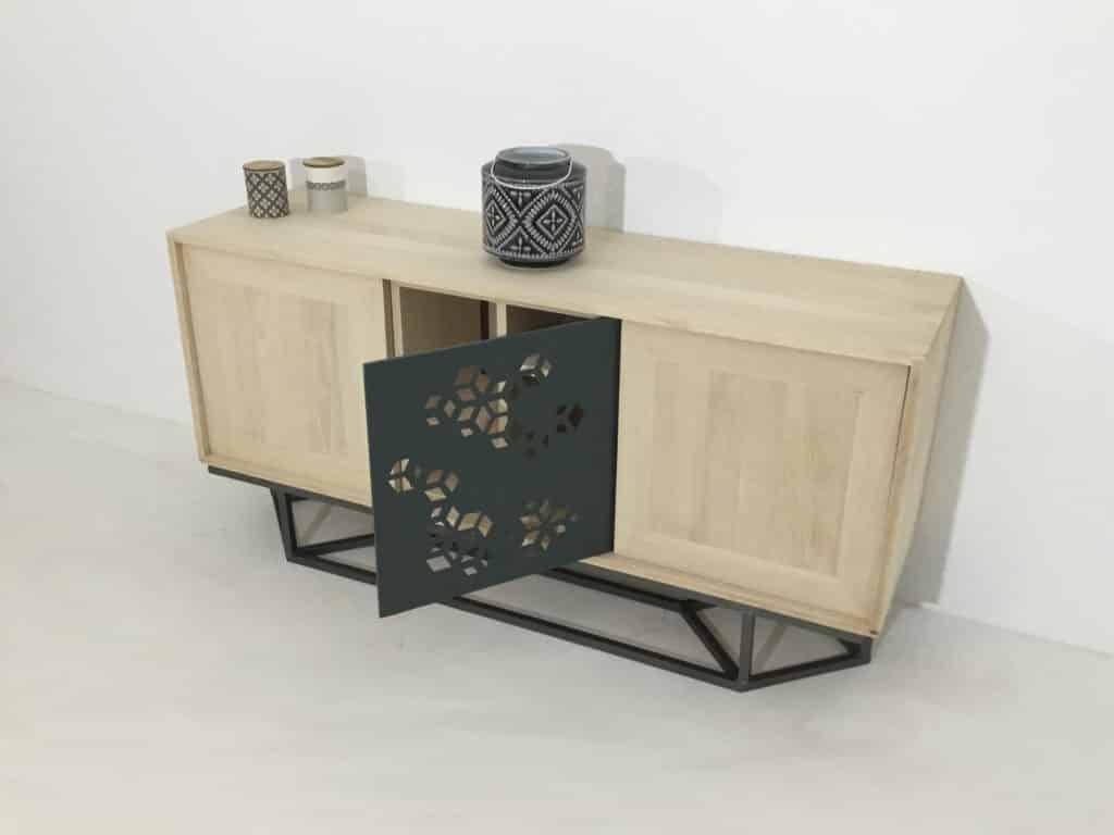 Un meuble buffet en bois massif avec porte en métal