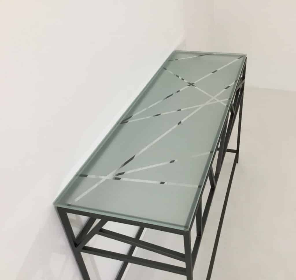 Vue de dessus des motifs sablés du plateau design en verre trempé