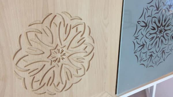 buffet bas bois et verre avec le même motif alterné : verre sablé ou bois sculpté