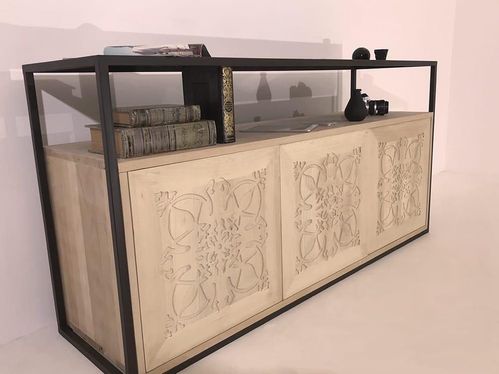 """Buffet en bois massif clair doté de 3 portes en bois massif ornées du motif """"Paris"""" et d'un piétement en métal laqué"""