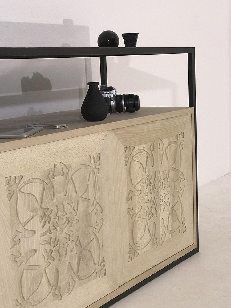 """Zoom sur buffet en bois massif clair doté de 3 portes en bois massif ornées du motif """"Paris"""" et d'un piétement en métal laqué"""