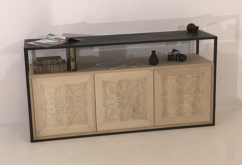 Buffet en bois massif clair doté de 3 portes en bois massif ornées du motif