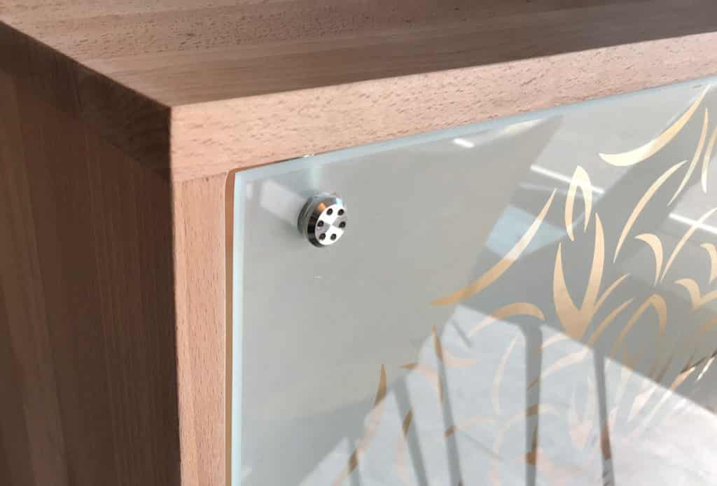 Zoom sur charnière design en inox pour la porte du buffet bas bois et verre et du meuble de rangement vitré
