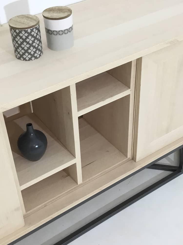 Zoom sur le module central en bois massif de notre meuble avec 2 portes