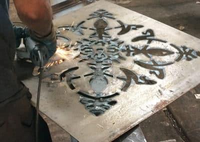 Fabricant de meuble sur mesure : porte métal, motif Paris