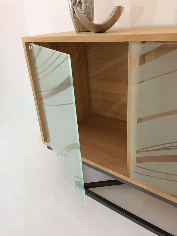 """Meuble de rangement vitré doté de 3 portes en verre sablé avec le motif """"Ellipses"""" sur les 3 portes"""