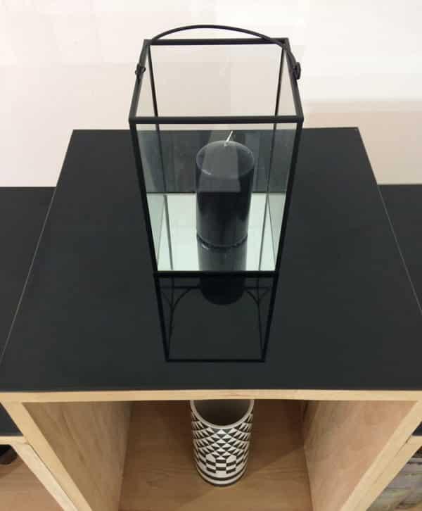 Meuble design en bois massif avec plateau en verre laqué