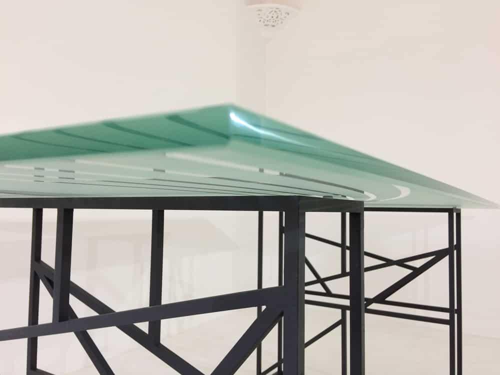 Table à manger artisanale avec plateau en verre trempé et piétement en métal