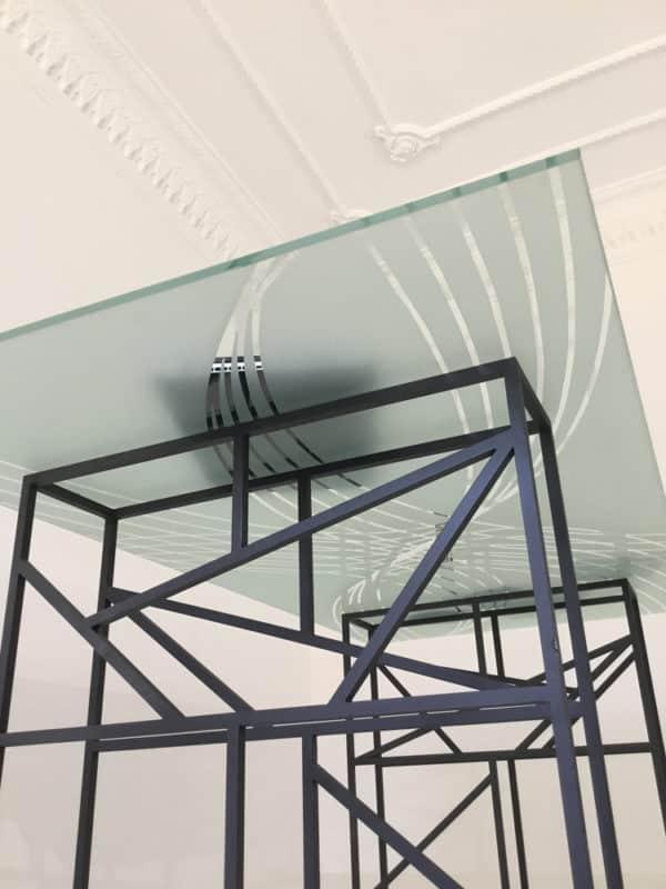 Table design dessinée par Danny Da Pozzo, verre sablé et métal laqué