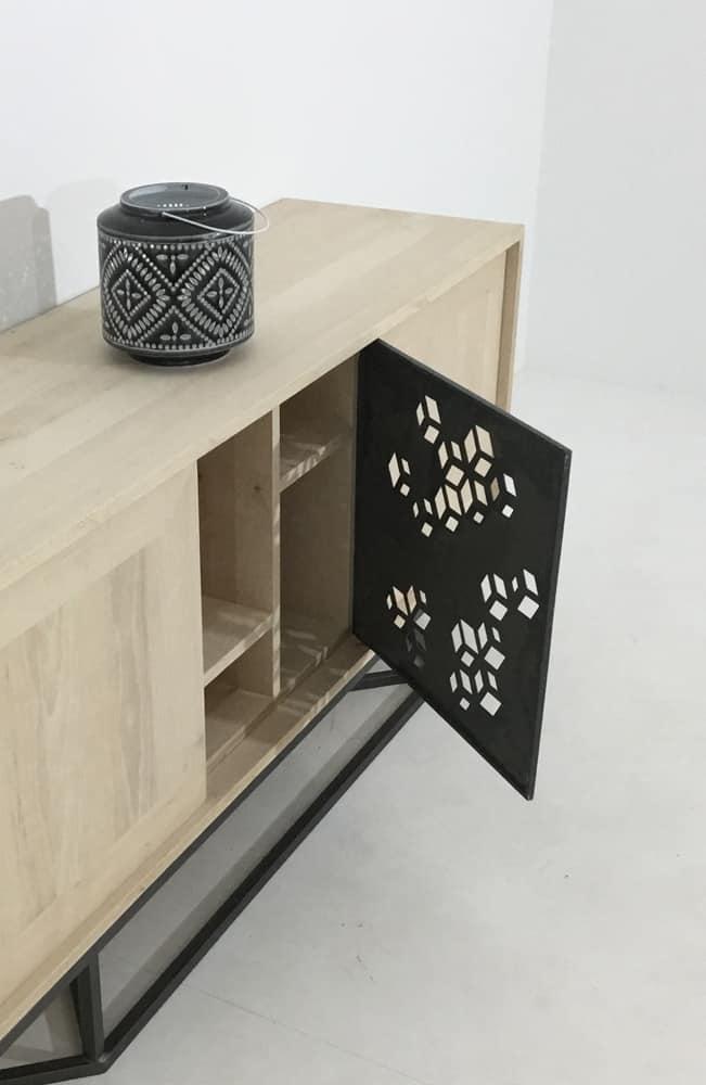 Buffet bois avec porte centrale en métal ajouré