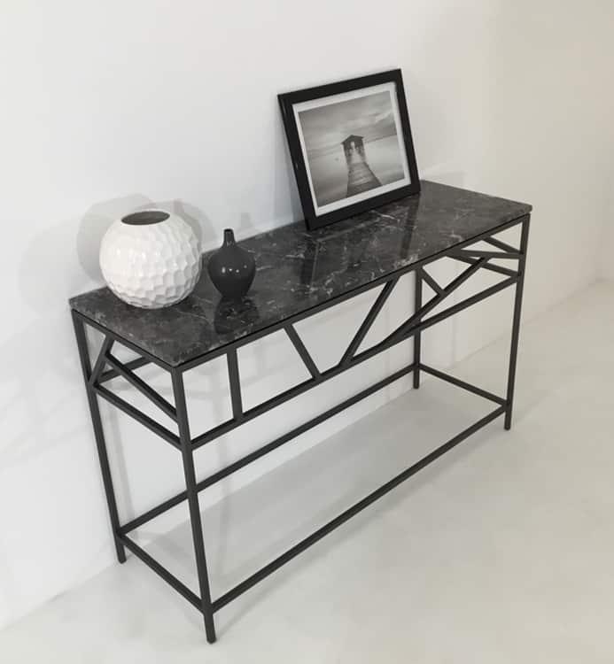 Plateau design en marbre et pied en métal laqué.
