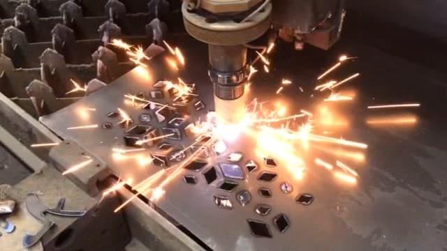 Buffet enfilade bois métal : zoom sur la découpe des portes en métal