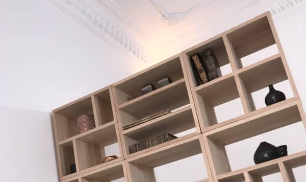 bibliothèque design sur-mesure composée de différents modules en bois massif
