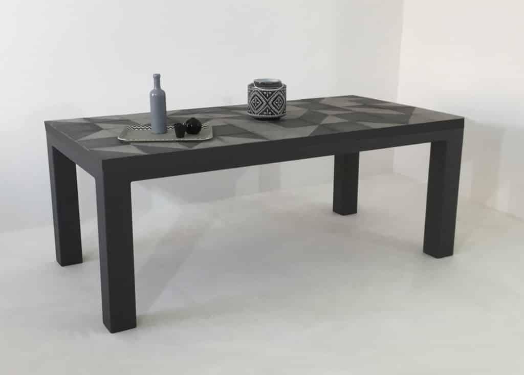 Table repas artisanale avec plateau en carreaux de ciment