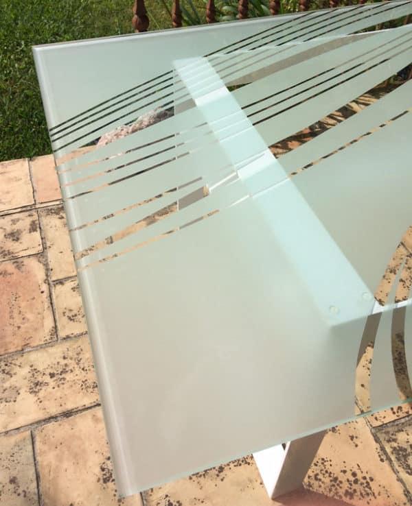 """Table design en verre """"Ellipses"""" : vue partielle du motif sablé"""