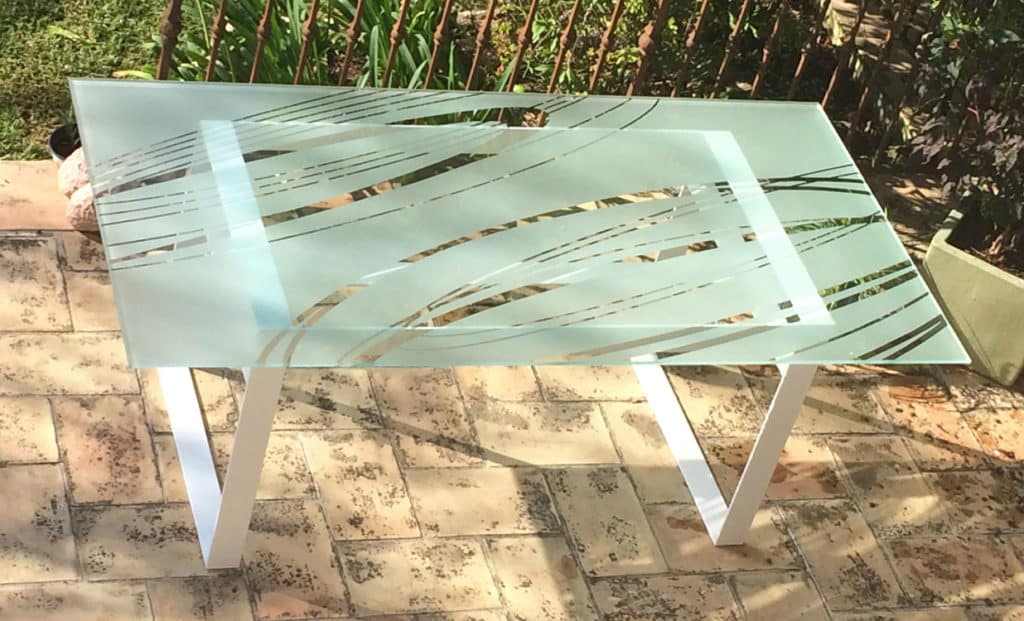 """Table design en verre avec plateau en verre trempé et sablé avec le motif """"Ellipses"""""""