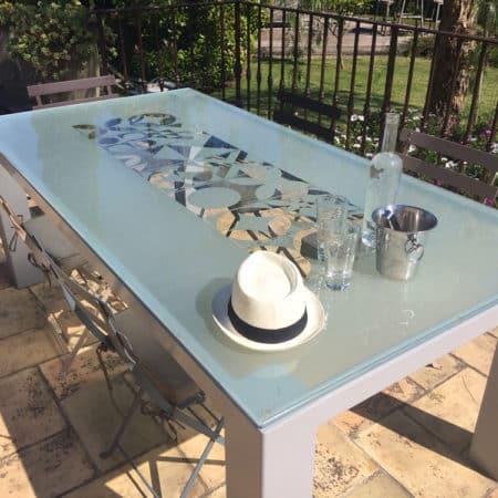 Table de salle à manger avec plateau en verre trempé avec motifs sablés