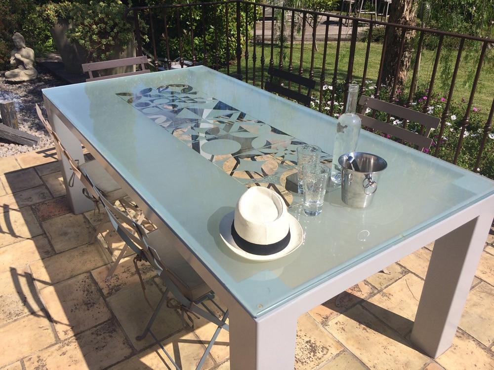 Table à manger avec plateau en verre sablé avec motifs design