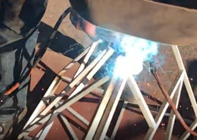 """Fabrication artisanale du piétement en métal plein de la table repas """"Cross"""" bois métal"""