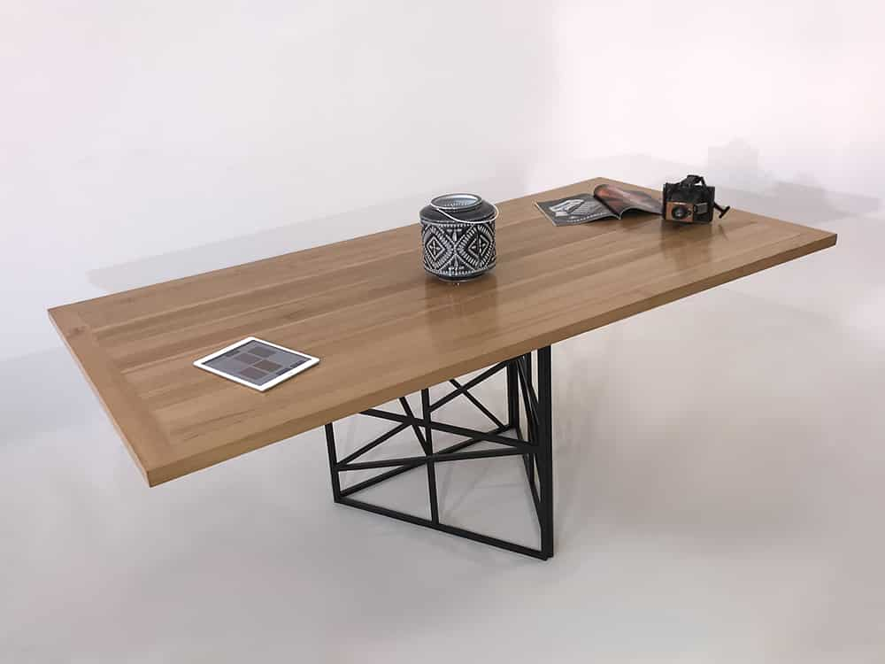 Table à manger bois métal, avec pied central de forme triangulaire en métal