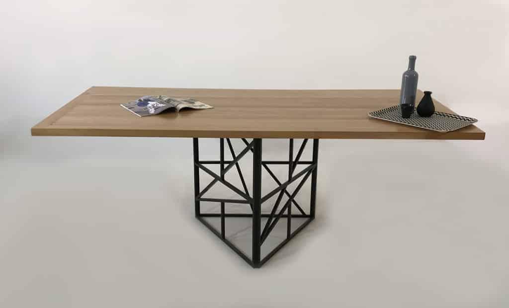 Table repas bois massif et métal laqué. Possibilité de fabrication sur-mesure