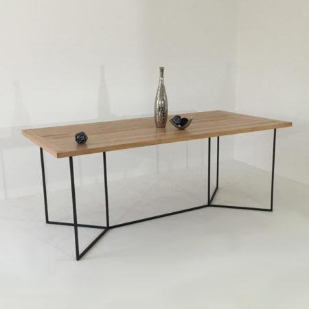 Cette table au style minimaliste est composée d'un piétement en métal laqué et d'un plateau en bois massif PEFC