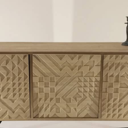 """Buffet design en bois massif avec portes ornées du motif géométrique """"Nerja"""" directement dans la masse du bois"""