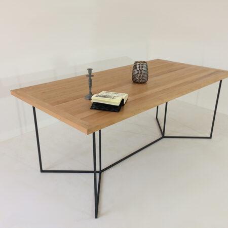 Table à manger, plateau bois et pied fin et minimaliste en métal
