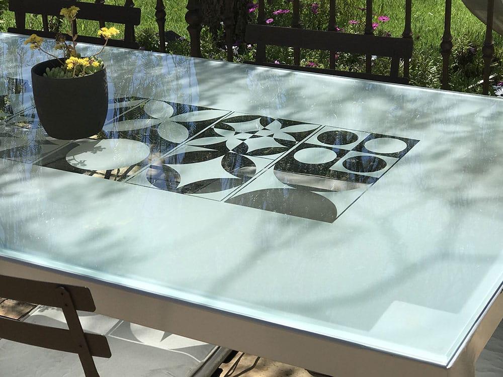 Table à manger avec plateau en verre trempé et sablé avec motifs carreaux ciment