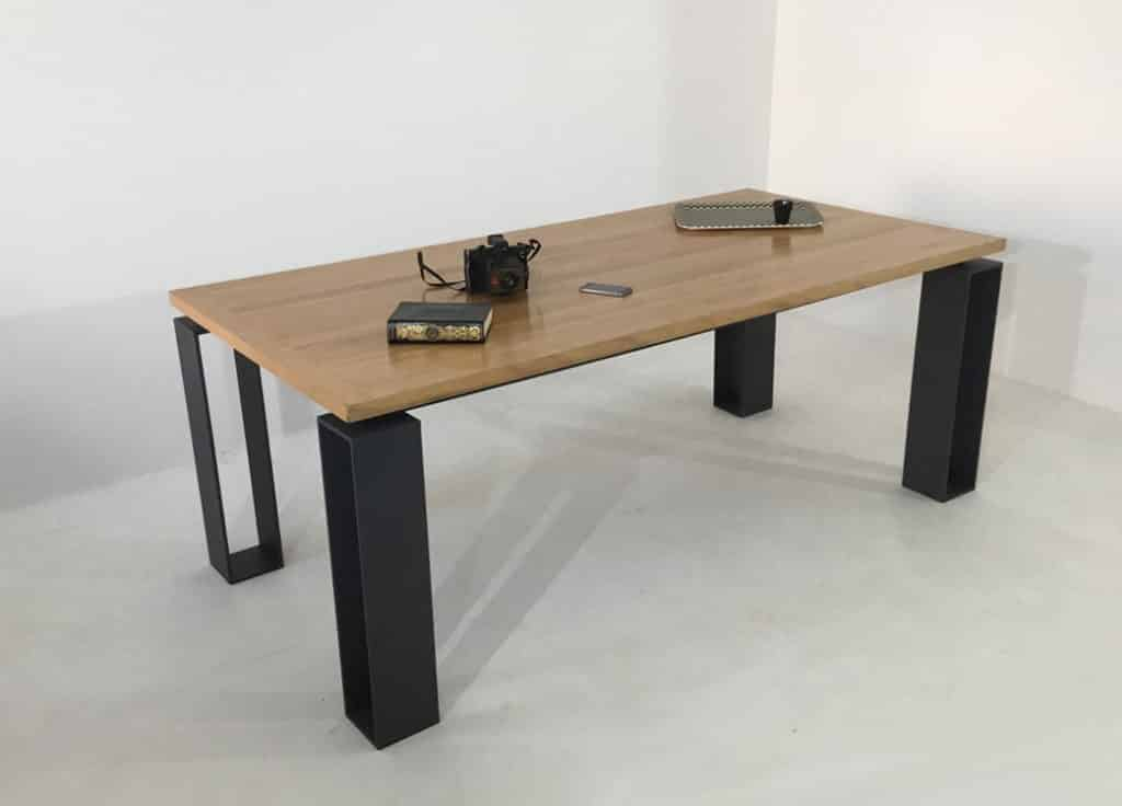 Table repas en bois massif d'une épaisseur de 35 mm et un piétement en acier plein laqué