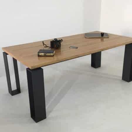 Table repas en bois massif d'une épaisseur de 35 mm et un piétement en acier plain laqué