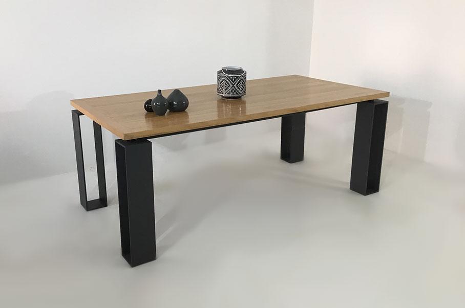 table repas bois massif avec quatre pieds en métal réglables. Fabrication artisanale sur-mesure