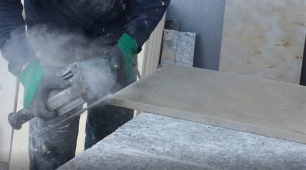 Table repas à manger en marbre : Polissage des angles du plateau