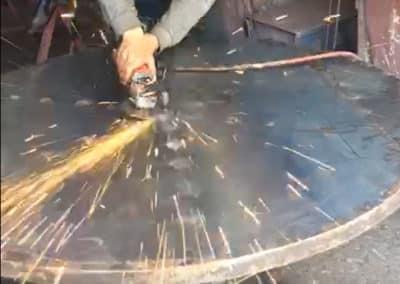 """Fabrication artisanale du plateau rond en métal de la table repas """"King"""""""