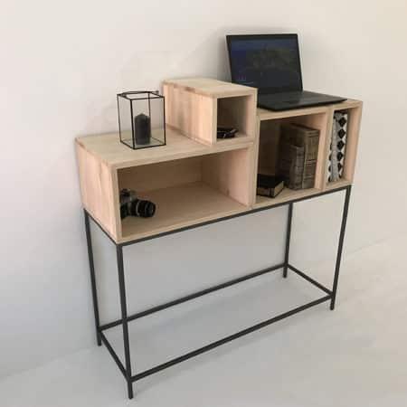 Console d'entrée moderne, sur-mesure ou personnalisable, composée d'un piétement minimaliste en métal surmonté de 4 modules de rangement en bois massif