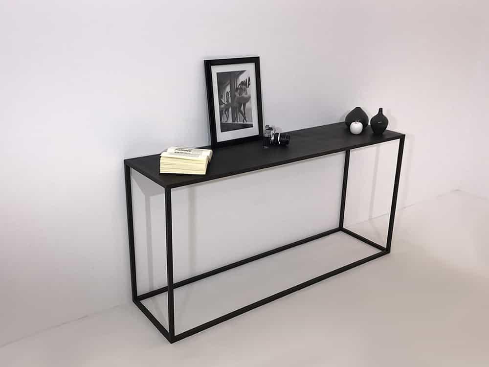 console métal de style minimaliste composée d'une armature métallique et un plateau métal. Couleurs au choix.
