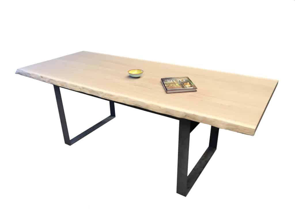 Table bois avec piétement en métal et plateau en chêne massif