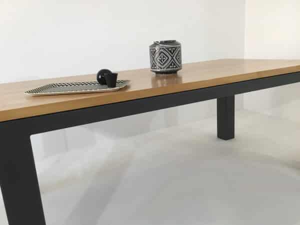 """La table repas """"Burton"""" : alliance bois massif et métal pour une robustesse à toutes épreuves"""
