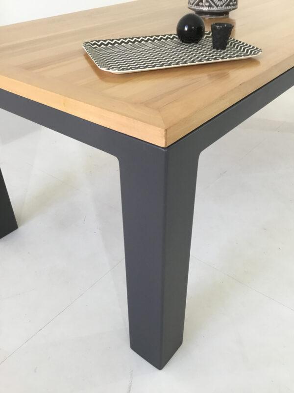 """Table bois massif """"Burton"""" : une table de style industriel chic"""