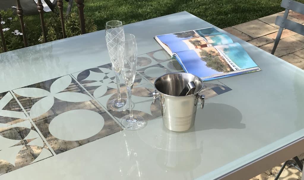 Table en verre et métal, plateau avec motifs sablés carreaux de ciment