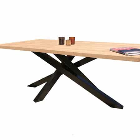 Table à manger composé d'un plateau bois et d'un piétement acier.